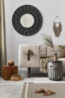デザイン コーヒー テーブル、ソファ、装飾、花瓶の花、モダンな家の装飾のアクセサリーを備えたリビング ルームのインテリアのエレガントな民族構成..詳細。