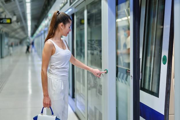 Элегантная модная деловая женщина в метро