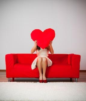 Elegante e alla moda donna con cuscino a forma di cuore