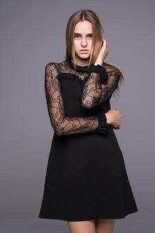 Элегантная модная женщина, зеленые глаза в коротком черном платье