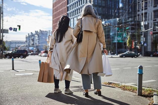 거리에 서 있는 우아한 여자 친구