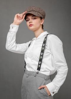 Элегантная женская модель в элегантной белой рубашке и подтяжках. новая концепция женственности