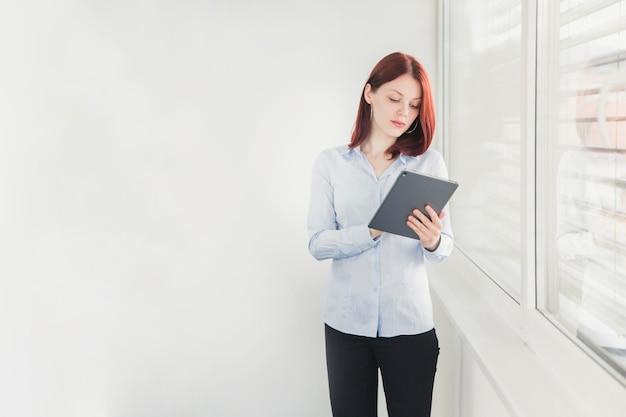 Элегантный рабочий стол для просмотра рабочих женщин