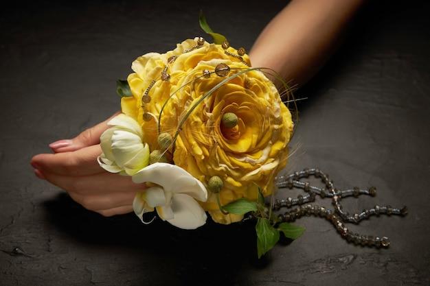 黄色いバラの花びらからグラメリアの形の花嫁のエレガントなフラワーブレスレット