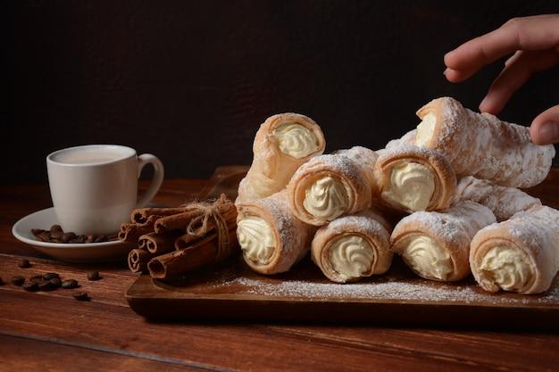 エレガントなフレンチクリームホーンペストリー。バニラクリームがたっぷり入った美味しいクリームホーン