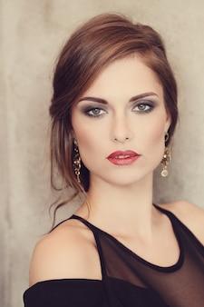 Donna elegante e glamour con trucco in posa, concetto di moda