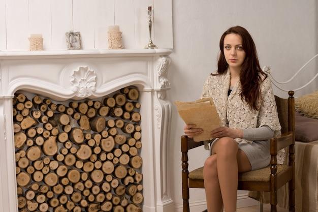 그녀의 거실에서 우아한 매력적인 젊은 여자