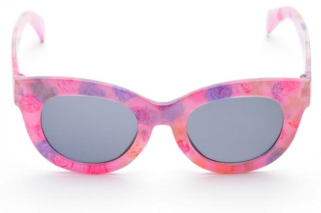 Элегантные очки в розовой оправе на изолированном белом фоне