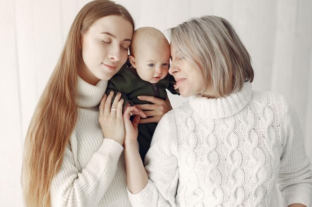 딸과 손녀와 함께 집에서 우아한 할머니