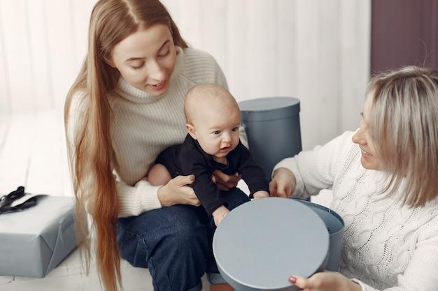 Elegante nonna a casa con la figlia e la nipote