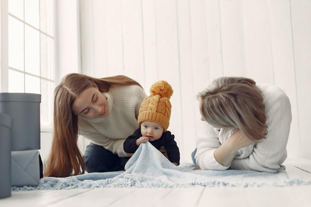 Elegante nonna a casa con la figlia e il nipote