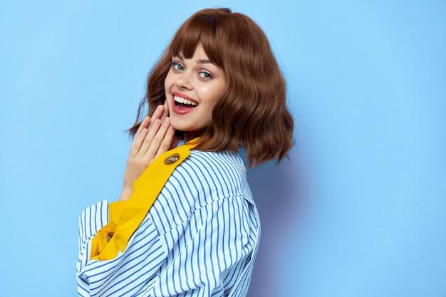 Элегантная счастливая женщина в модном пальто
