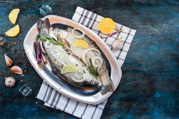 Элегантная здоровая пищевая композиция с рыбой