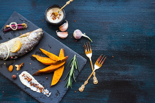Elegante composizione alimentare sana con pesce