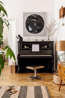 Элегантный интерьер гостиной с черным пианино, мебелью, растением, цветком, деревянными часами, лампой, макетами, ковром, украшениями и личными аксессуарами в современном домашнем декоре.