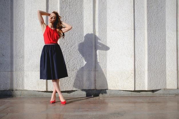 Элегантная дама гуляет одна на улице