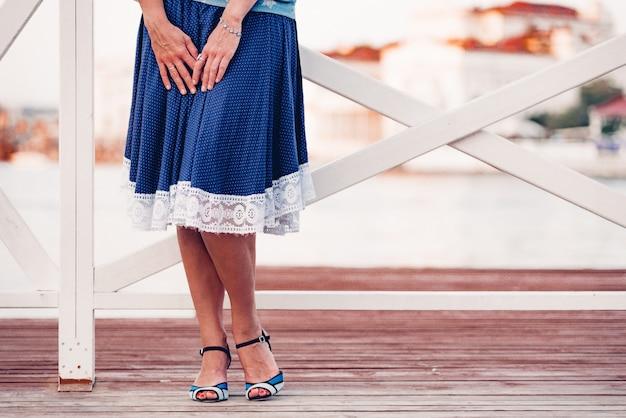 ハイヒールの靴で美脚のエレガントな女性。プロヴァンスのかかとのスカートと靴。