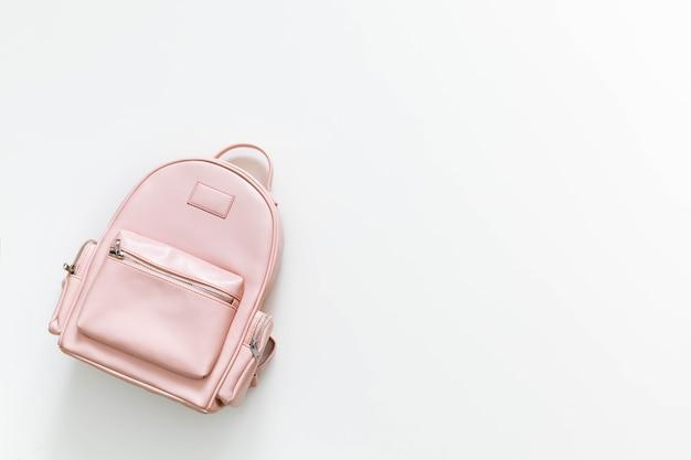 Элегантный кожаный розовый женский рюкзак, изолированные на белом с копией пространства. вернуться к школьной концепции