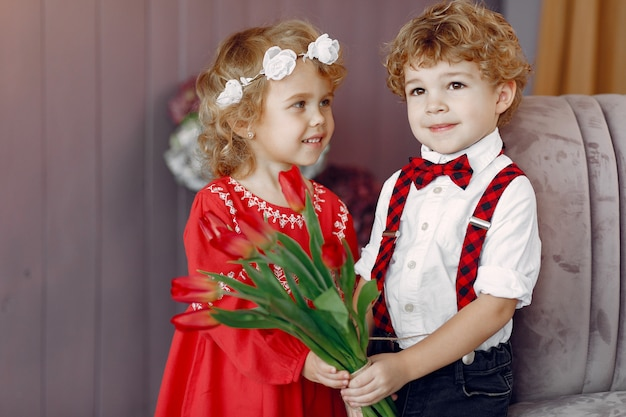 チューリップの花束を持つエレガントな小さな子供