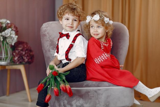 Элегантные маленькие дети с букетом тюльпанов
