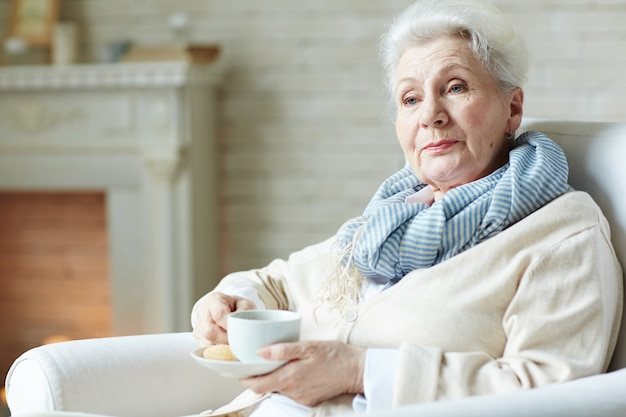 우아한 찾고 노인 여성