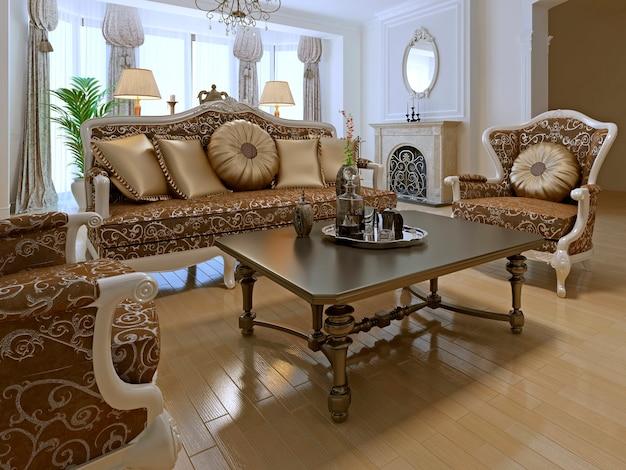 Элегантная гостиная в частном доме с использованием старинной мебели золотистых тонов.