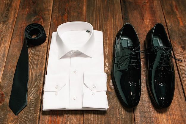 Элегантный мужской комплект одежды. деловой вид.
