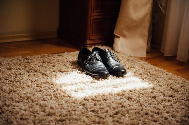 カーペットの上のエレガントな男性靴