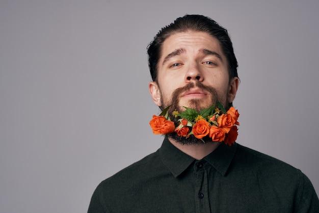 Элегантный мужчина в черной рубашке цветы в красивом романтическом бороде. фото высокого качества