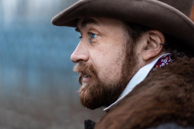 코트와 모자에 우아한 남자