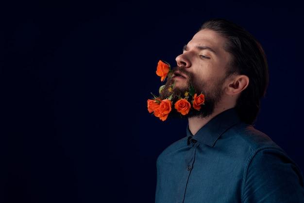 シャツを着たエレガントな男は、ひげの魅力のロマンスダークで花を咲かせます。