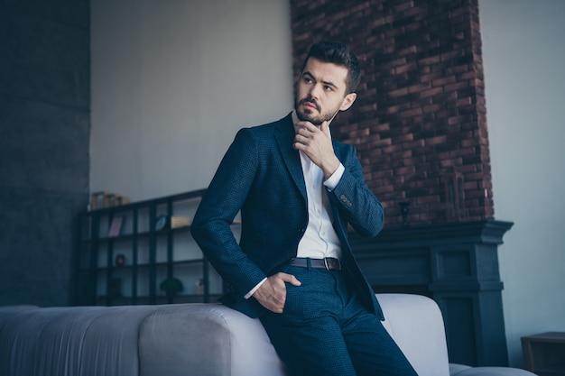 Элегантный мужчина позирует в помещении