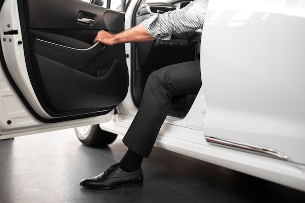 Uomo elegante che prova una nuova automobile