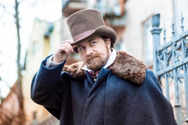 Элегантный мужчина. джентльмен в пальто и цилиндре