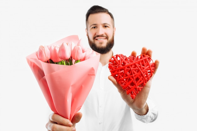 Элегантный мужчина с бородой, с букетом розовых тюльпанов и красным сердечком на день святого валентина, подарок на день святого валентина