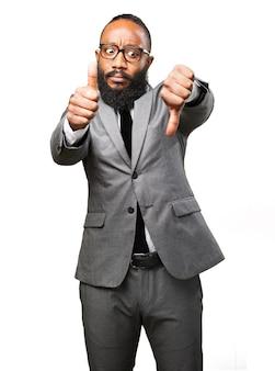 Элегантный человек с пальца вверх и вниз большим пальцем