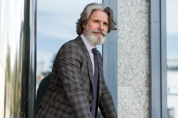 よそ見スーツのエレガントな成熟した男性