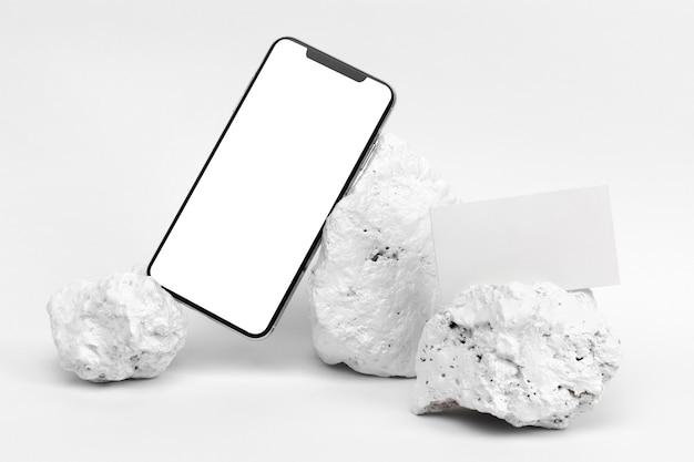 Elegante pezzo in pietra bianca minimalista con cancelleria e smartphone