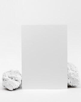 文房具付きのエレガントなミニマルな白い石の作品