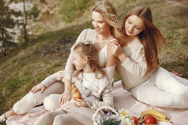 Элегантная мама с детьми в летнем лесу