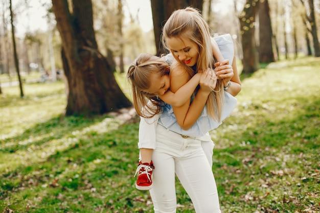 Madre elegante con figlia carina