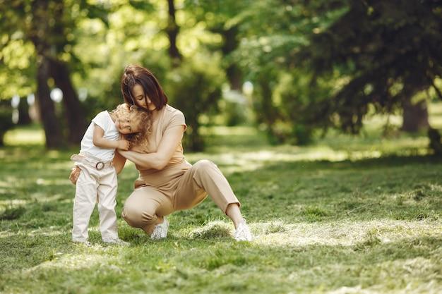 여름 숲에서 딸과 함께 우아한 어머니