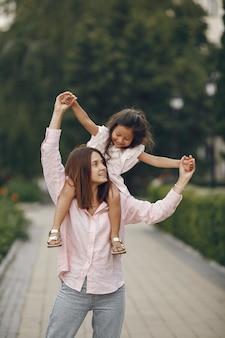 Элегантная мать с дочерью в летнем парке