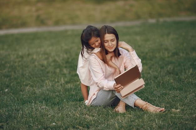 夏の公園で娘とエレガントな母