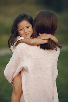 Elegante madre con figlia in un parco estivo