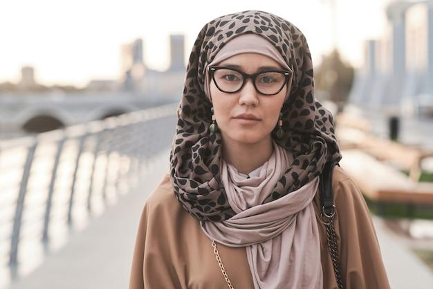 야외에서 우아한 이슬람 여자