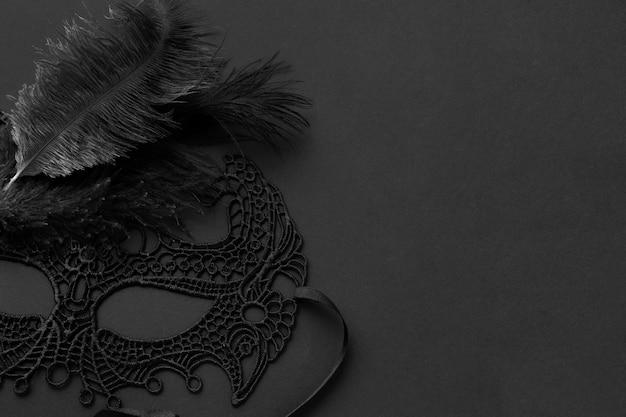Элегантная загадочная черная маска с перьями