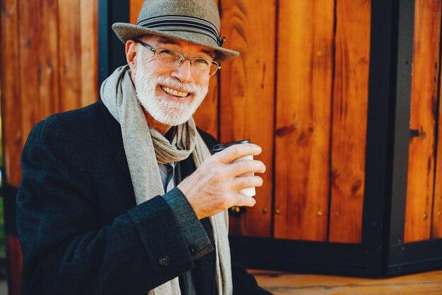 Alter Mann lächelt in Kamera | Quelle: Freepik