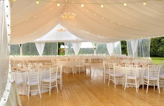 결혼식 장소를위한 우아한 야외 흰색 후작