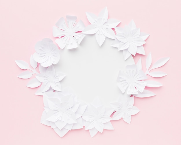 Eleganti fiori di carta sul tavolo